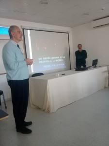 El Dr. Della Vedova realizando la introducción a la charla