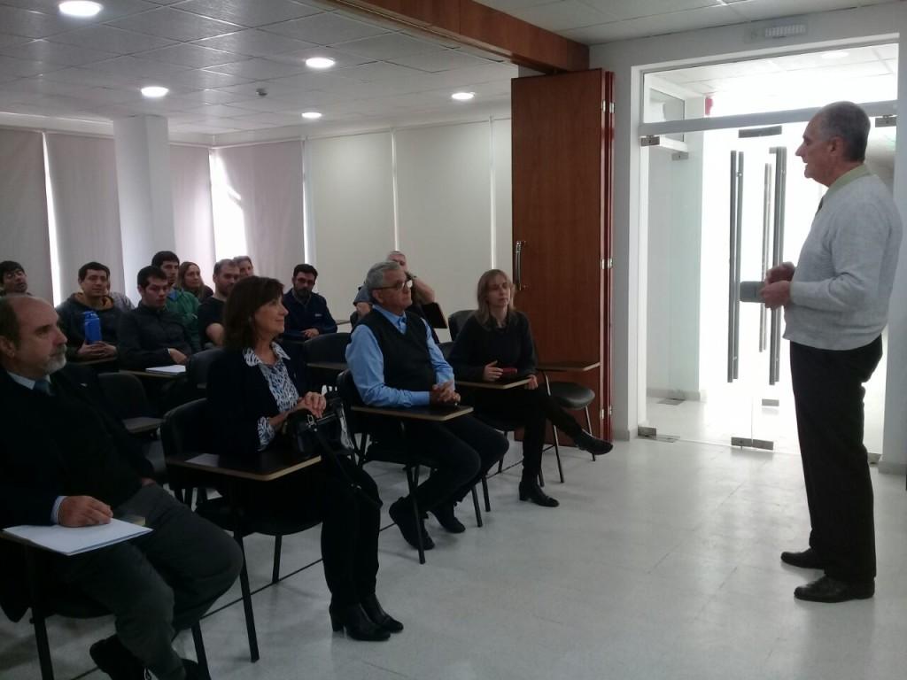 El Dr. Della Védova informando sobre los términos de los acuerdos