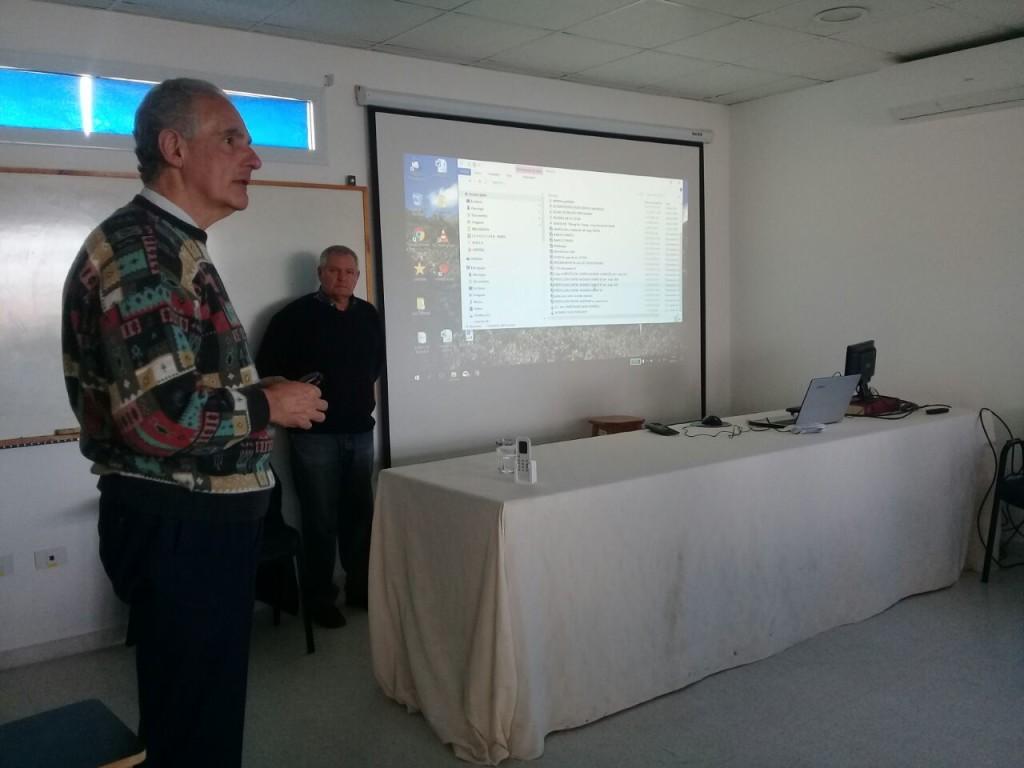 El Dr. Della Védova haciendo la presentación de la capacitación