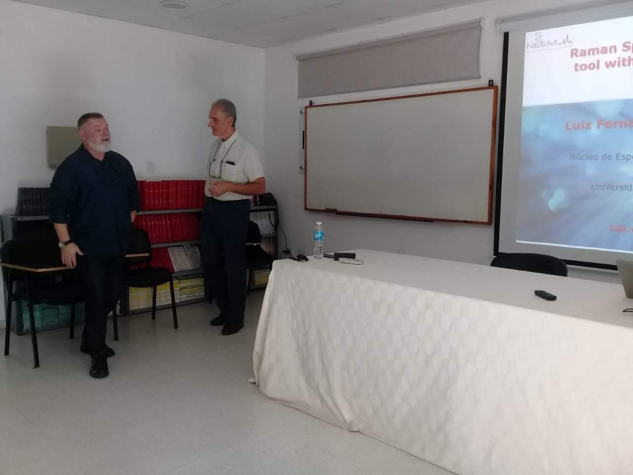 El Prof. Dr. Cappa de Oliveira junto al Director del centro